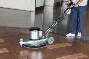 Limpiando el suelo. Empresa de limpieza en Sevilla